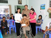 Des fauteuils roulants aux personnes handicapées à Lam Dong