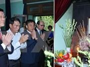 Le chef de l'Etat brûle de l'encens en mémoire du Président Ho Chi Minh