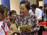 La vice-présidente Nguyên Thi Doan remet des bourses à des enfants démunis de Soc Trang