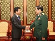 Le général Phung Quang Thanh reçoit l'ambassadeur du Laos