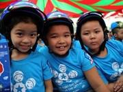 Remise de 10.000 casques à des élèves de Binh Dinh