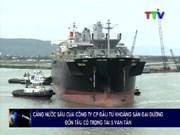 Un grand navire singapourien mouille au port de Nghi Son