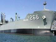 Un ravitailleur de la Marine royale australienne jette l'ancre à Da Nang