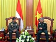 Le général Nguyen Chi Vinh reçoit un attaché militaire indonésien