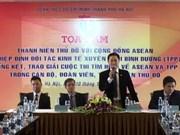 Les jeunes Hanoïens se renseignent sur la Communauté de l'ASEAN et le TPP