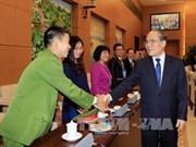 Le Président de l'AN Nguyên Sinh Hùng rencontre de jeunes médecins