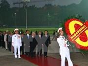 Les délégués au 12e Congrès national du PCV rendent hommage au Président Ho Chi Minh