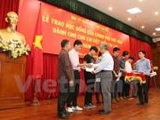 Remise de bourses d'étude à des Vietnamiens au Laos