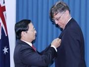 """L'Insigne """"Pour la paix et l'amitié entre les nations"""" décerné à l'ambassadeur australien"""