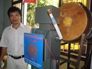 Vinh Long - Un robot qui frappe le tambour de l'école