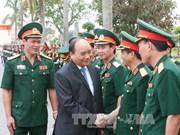 Le PM Nguyen Xuan Phuc travaille avec les cadres et soldats de la 3e zone militaire