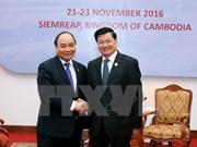 Le Premier ministre Nguyen Xuan Phuc rencontre son homologue laotien