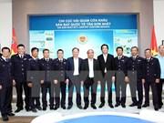 Le PM rend visite aux douaniers de l'aéroport international de Tân Son Nhât