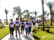 Une délégation de Famtrip du Laos explore le tourisme à Nghê An