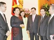 La présidente de l'AN rencontre les nouveaux ambassadeurs et représentants vietnamiens