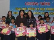 Dang Thi Ngoc Thinh remet des cadeaux de la Mi-automne à Hue