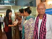 Cadeaux aux Viêt kiêu et Cambodgiens pauvres au Cambodge