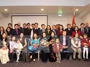 Mme Dang Thi Ngoc Thinh rencontre des représentants des Vietnamiens en Lettonie