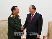 Le Premier ministre Nguyen Xuan Phuc reçoit le ministre laotien de la Défense