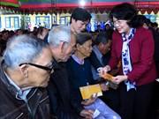 La vice-présidente Dang Thi Ngoc Thinh remet des cadeaux du Tet à Thua Thien-Hue