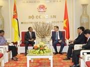 Le ministre Tô Lâm reçoit les ambassadeurs mozambicain et russe