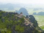Un panorama de l'ancienne capitale Hoa Lu vu du toit de la grotte Mua
