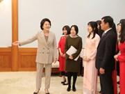 L'épouse du président sud-coréen rencontre des étudiants vietnamiens