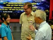 Le prix Nobel George F. Smoot surpris des connaissances des élèves vietnamiens