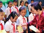 Remise de 120 bourses d'études aux enfants démunis à Lâm Dông