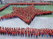 Plus de 2.000 jeunes forment le drapeau national