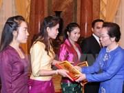 Mme Nguyen Thi Doan reçoit des stagiaires laotiens