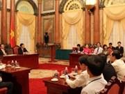 Le président Truong Tân Sang reçoit des ouvrières exemplaires du secteur pétrolier