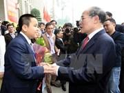 Nguyen Sinh Hung rencontre les jeunes talents du pays
