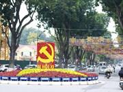 Les rues de Hanoi sont décorées de slogans, drapeaux et de lumières