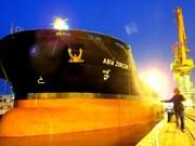 Un grand navire a jeté l'ancre au port de Hai Phong