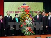 Des dirigeants félicitent les médecins vietnamiens