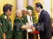 Le chef de l'Etat rencontre d'anciens soldats volontaires au Laos