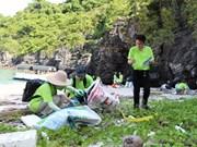Des bénévoles participent à la collecte des déchets