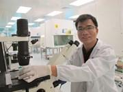 Le jeune Docteur Pham Van Phuc en remet une souche