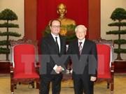 Le secrétaire général Nguyen Phu Trong reçoit le président français François Hollande