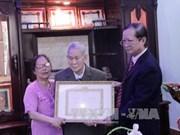 Un Viet kieu au Laos à recevoir l'insigne de 65 ans d'adhésion au Parti