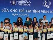 La vice-présidente vietnamienne offre des bourses scolaires à des enfants de Vinh Long
