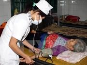 Des médecins vietnamiens offrent des médicaments aux anciens combattants laotiens