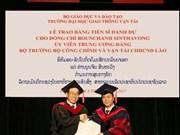 Remise du diplôme de docteur honoris causa à un ministre laotien