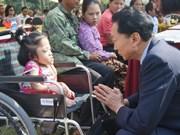 Don de l'ancien Premier ministre japonais aux handicapés vietnamiens