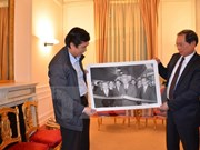 Remise de photos sur le siège de l'ambassade du Vietnam en France