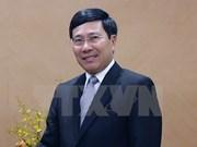 Le vice-PM Pham Binh Minh rend visite à l'ambassade du Vietnam en Chine