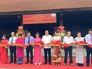 Tablettes en bois de l'école Phuc Giang exposées à Hanoi