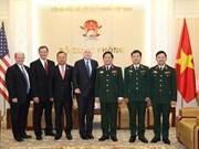 Le ministre de la Défense Ngô Xuân Lich reçoit le sénateur américain John McCain