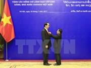 Remise de distinctions honorifiques du Laos à des dirigeants vietnamiens
